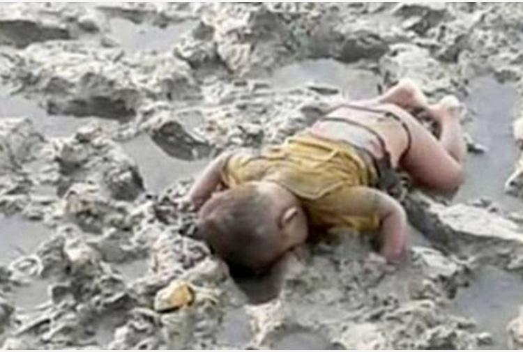 In Birmania un altro Aylan, bimbo di 16 mesi muore annegato nel fango: la foto commuove il mondo
