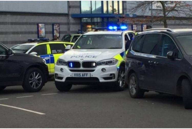 Inghilterra, uomo armato in bowling prende ostaggi