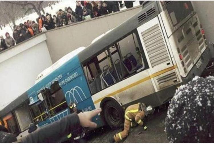 Mosca, bus fuori controllo in passaggio pedonale: ci sono morti