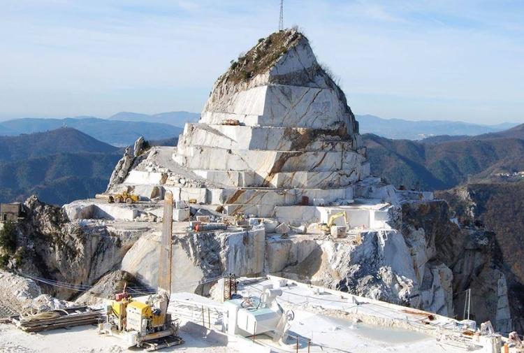 Carrara, cede costone di marmo dispersi due cavatori