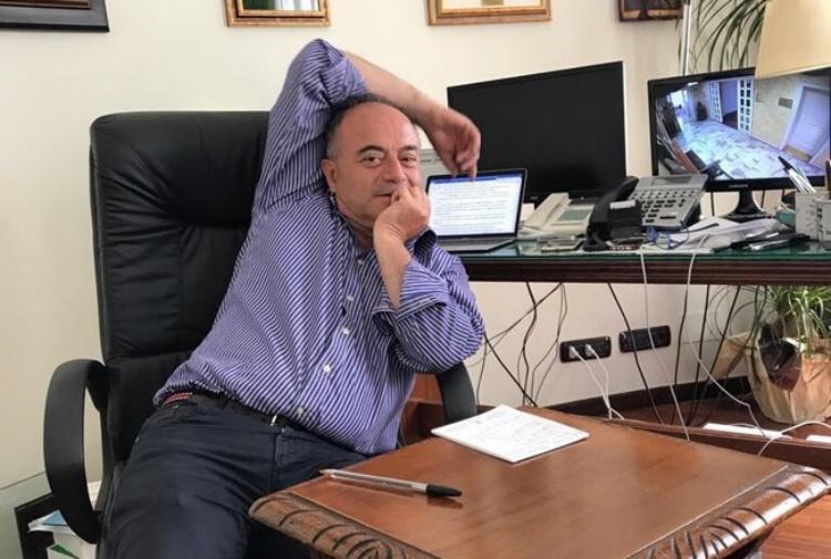 Il procuratore Gratteri seduto davanti alla scrivania del suo studio