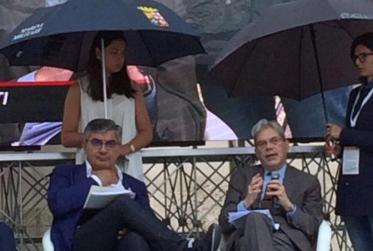 Donne usate per reggere ombrelli ai politici, bufera su D'Alfonso