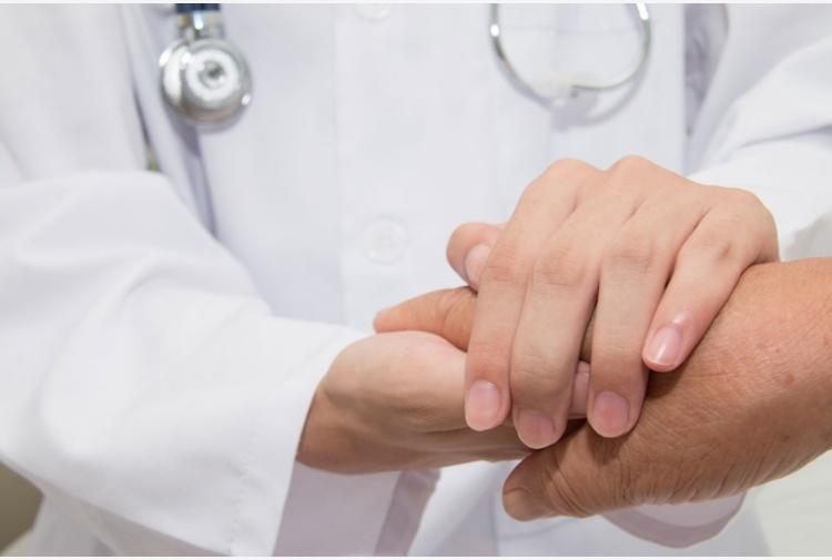 S'innamora dell'infermiera che gli dona il rene e la sposa