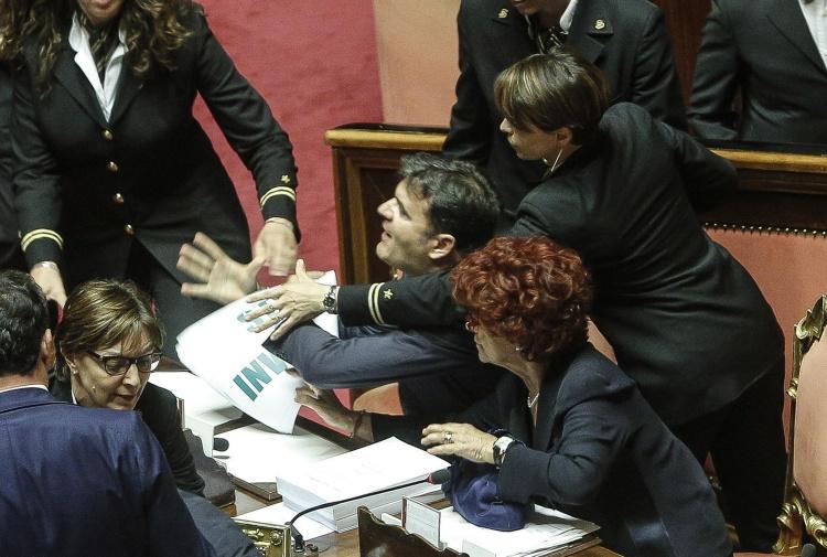 Ius soli, bagarre al Senato: ministra Fedeli in infermeria