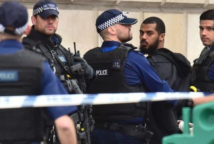 Arrestato un uomo armato di coltelli a Londra