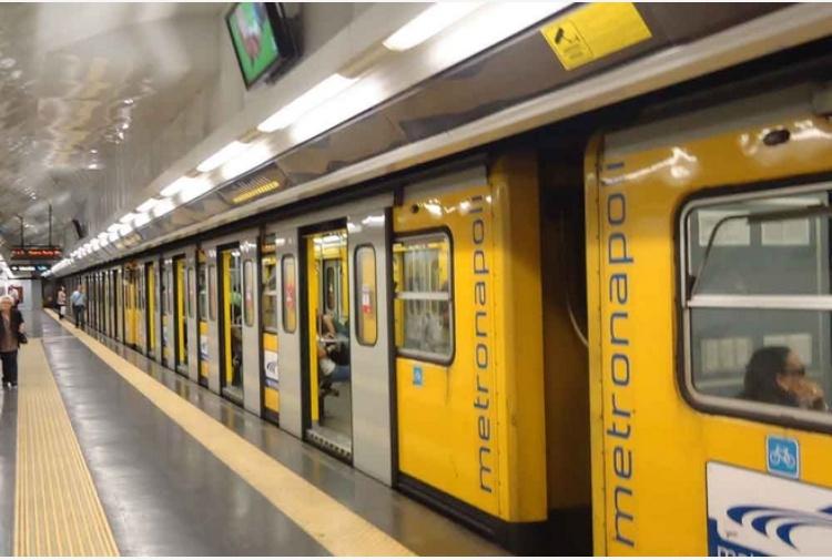 Napoli, ubriaco perde coltello in metro: panico tra passeggeri