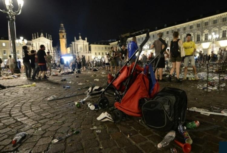 Lutto cittadino per Erika a Torino: si unisce anche la Juve FOTO