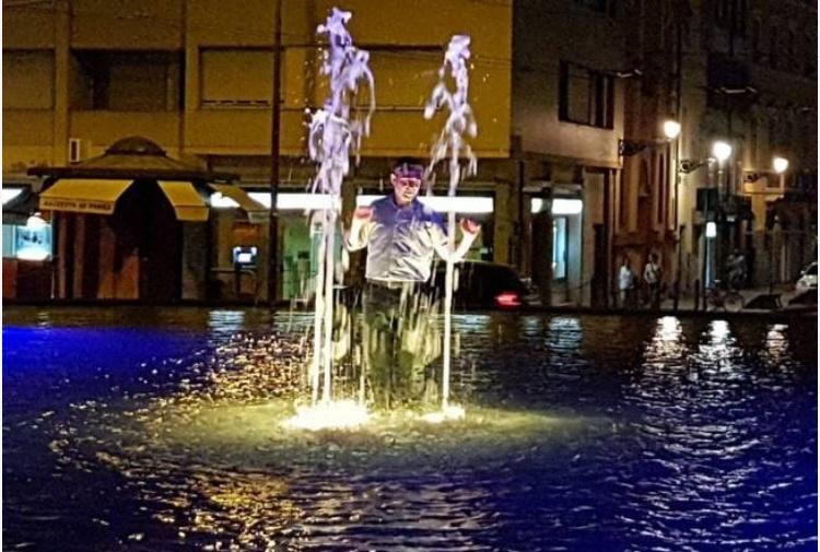 Bagno notturno in fontana i vigili di parma multano - Puzza dallo scarico bagno ...