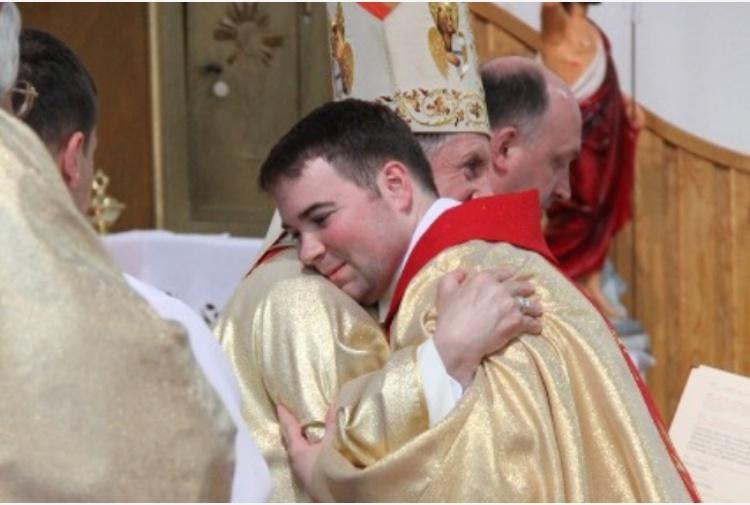 [Il retroscena] Consentire ai preti innamorati di sposarsi. Francesco medita la grande svolta