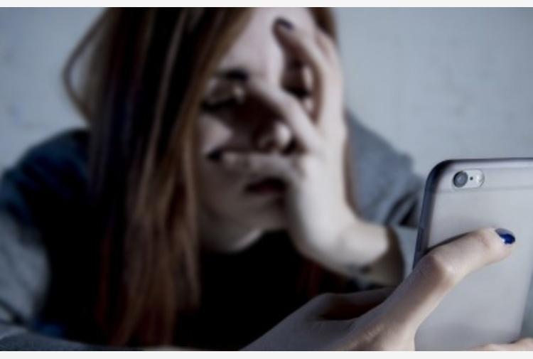 Minaccia 14enne per farsi mandare foto e video hard, arrestato