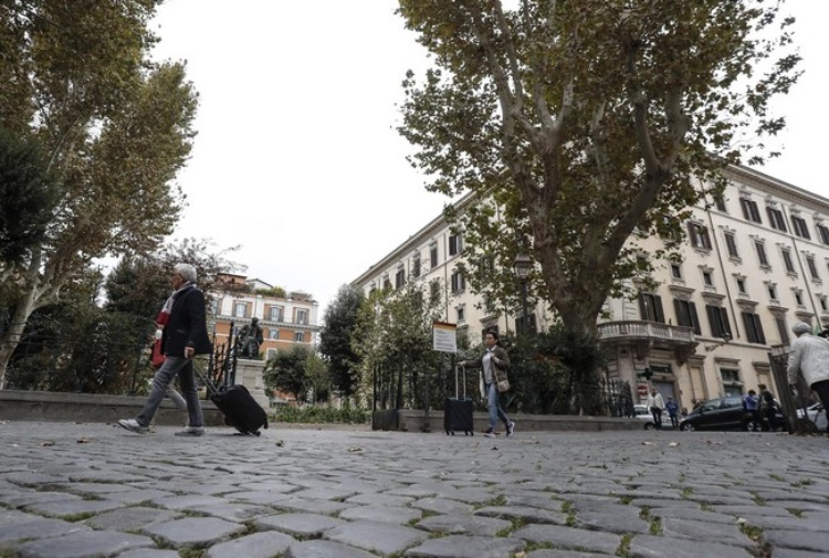 Branco pesta immigrato in pieno centro a Roma