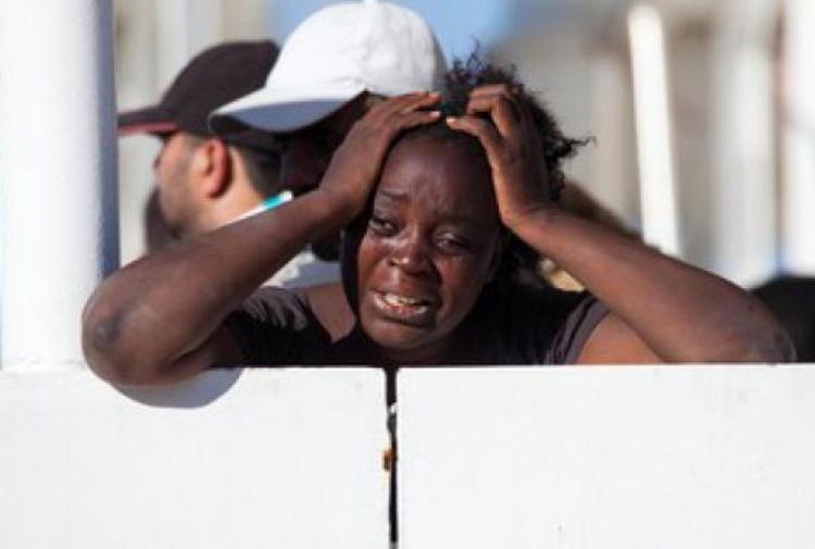 """Sbarca nave a Salerno con 400 persone migranti: 26 donne morte. Prefetto: """"Ipotesi omicidi. E' tragedia umanità"""""""
