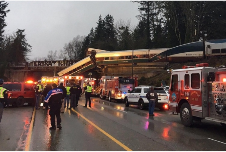 USA, treno deraglia a sud di Seattle e finisce sull'autostrada: diversi feriti