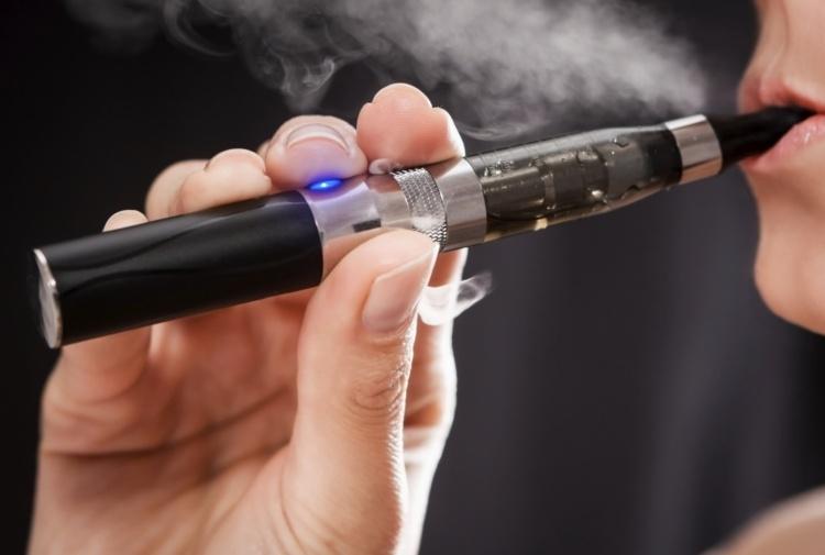 Stangata sulle sigarette elettroniche, ecco quanto costerà 'svapare'