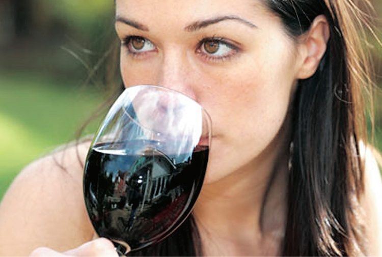 Vino rosso neutralizza danni da fumo se bevuto prima: come e quanto