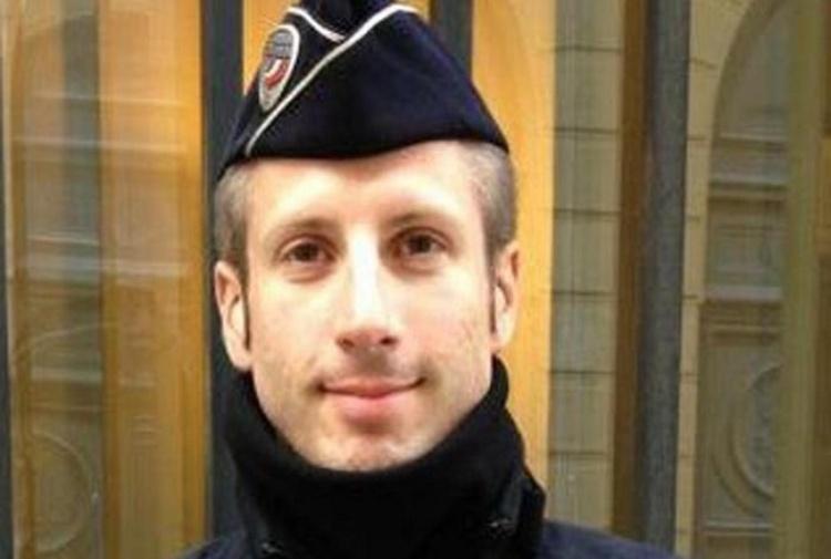 Agente ucciso agli Champs Elysées gay e sposato fra attivismo e Bataclan