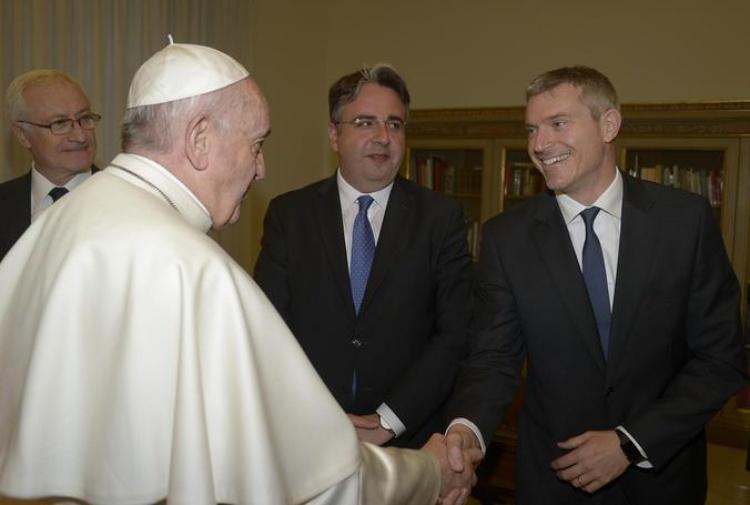 Matteo Bruni, nuovo direttore della Sala stampa Vaticana, stringe la mano al Papa