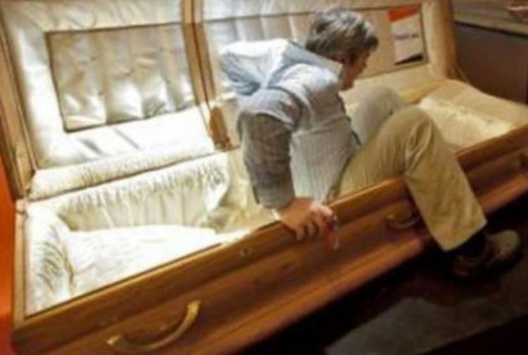 Dichiarato morto in un ospedale indiano, si risveglia poco prima del funerale