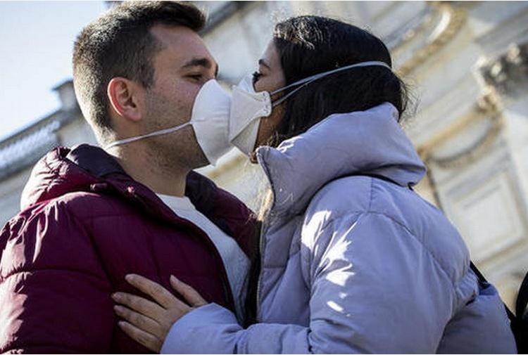 'Niente baci e abbracci fino al 2022'. Aperture e chiusure a rubinetto e una vita da sorvegliati speciali