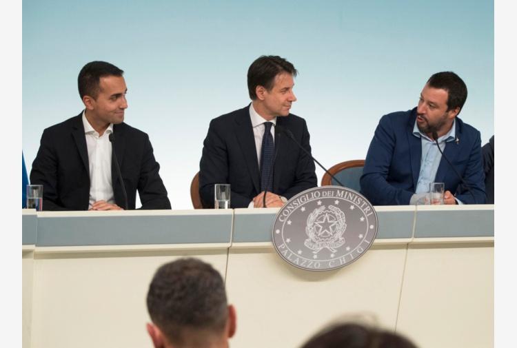 Virale la foto di Salvini con il mitra in mano: è polemica