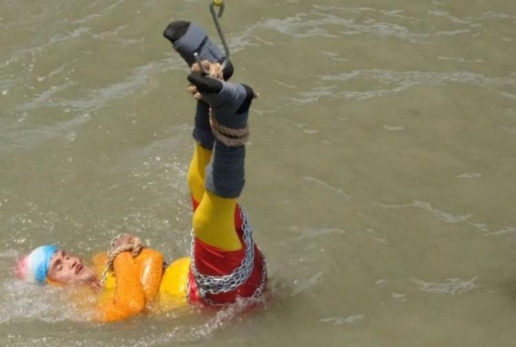 Mago Mandrake tenta il trucco di Houdini ma non riemerge dal fiume