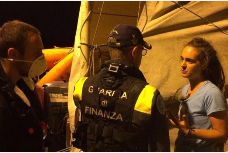 I 40 migranti della Sea Watch sbarcano a Lampedusa, arrestata la comandante